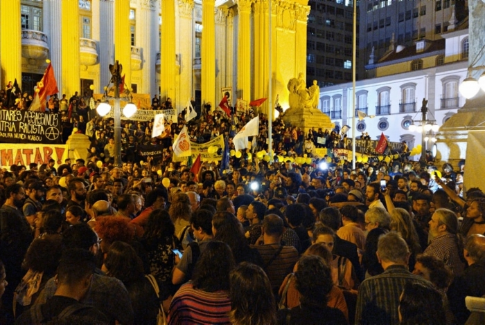 Manifestantes fazem protesto na Alerj após morte da menina Agatha