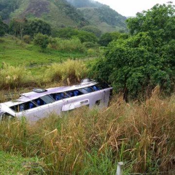Ônibus capota e deixa 27 feridos na BR-116, altura de Barra Mansa