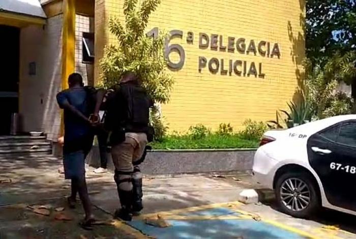 Homem é preso por se masturbar dentro de BRT na Barra