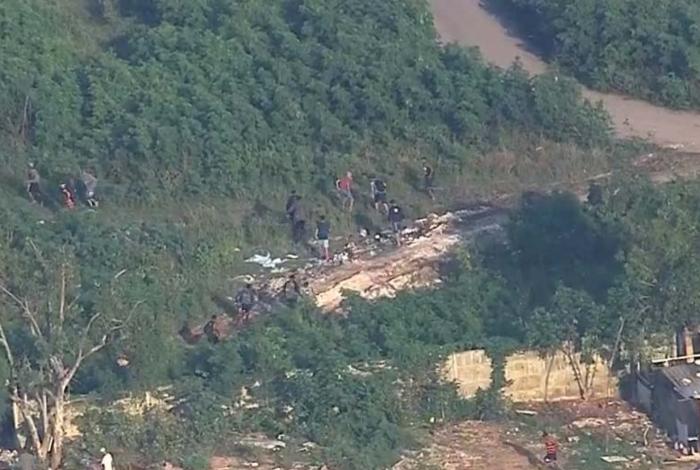 Imagens mostram cerca de 20 traficantes fugindo de operação da PM na Cidade de Deus
