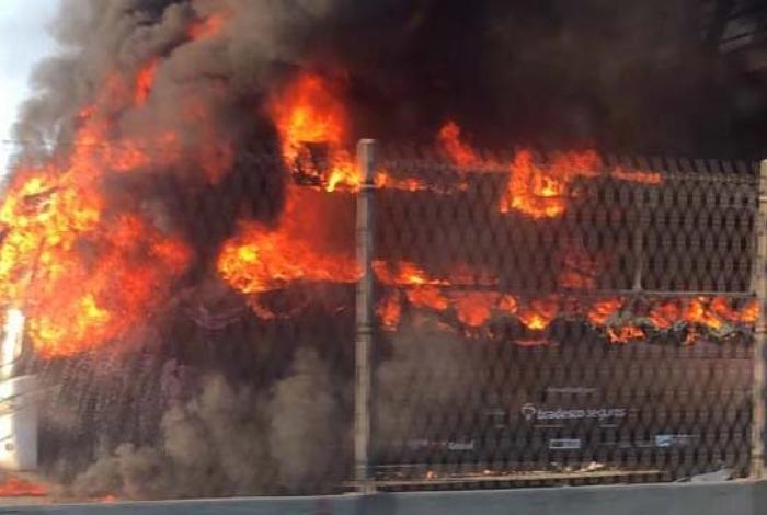 Incêndio em ônibus interdita a Linha Amarela