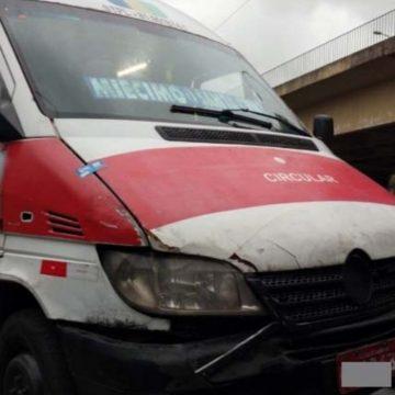 Motorista de van tenta atropelar PM e bate em viatura da Seop
