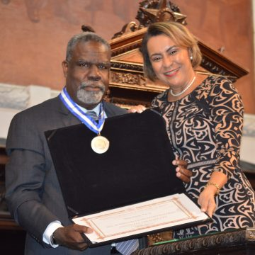 Executivo e ativista negro é homenageado com Medalha Tiradentes na Alerj