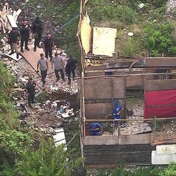 Operação da prefeitura derruba construções ilegais em área de proteção ambiental na Zona Oeste do Rio