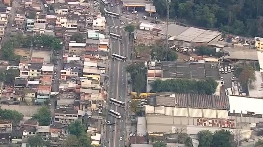Moradores protestam após blindado do Bope atingir casas na Cidade de Deus
