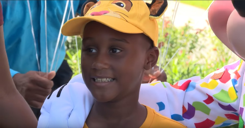 Menino de 6 anos que economizava para ir à Disney usa o dinheiro para dar comida a vítimas do furacão Dorian