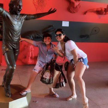 Mileide Mihaile leva seu filho Yhudy ao jogo do Flamengo.