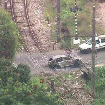 Corpo é encontrado em carro incendiado sobre linha férrea da SuperVia