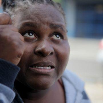 'Cravaram uma faca no meu coração', diz mãe de menina morta com suspeita de envenenamento