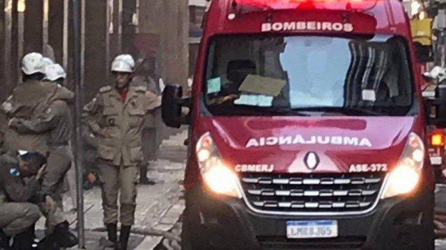 Três bombeiros morrem ao tentar apagar incêndio na boate Quatro por Quatro, no Centro do Rio