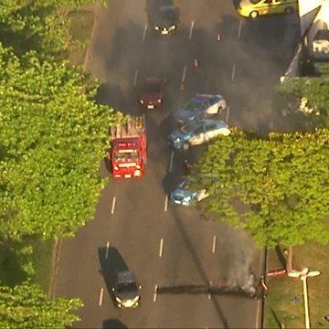 Homens encapuzados ateiam fogo a pneus e outros objetos na Avenida Radial Oeste, no Maracanã