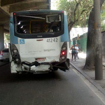 Tiroteio causa acidente entre dois ônibus e deixa feridos na Avenida Paulo de Frontin