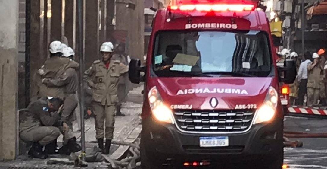 Três bombeiros morrem em incêndio na Whiskeria Quatro por Quatro, no Centro do Rio
