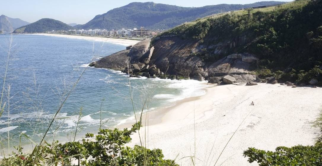 Mulher é encontrada morta na Praia do Sossego, em Niterói