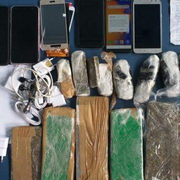 Inspetor penitenciário é preso por tentar entrar com celulares e drogas em Bangu