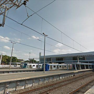 Trem de manutenção da SuperVia cai em valão na estação Deodoro e deixa um ferido