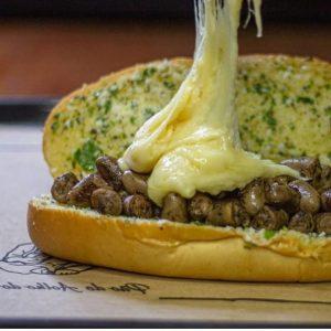 Sanduíche de pão de alho com coração faz sucesso na Tijuca