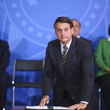 Jair Bolsonaro assina desfiliação do PSL, diz advogado; partido reconduz Bivar à presidência