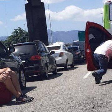 Tiroteio deixa motoristas em pânico durante perseguição na Avenida Brasil