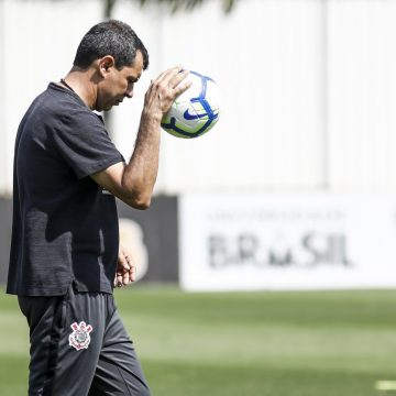 """Carille diz que já fez Corinthians jogar no passado como Flamengo hoje: """"Não tem nada de inovação"""""""