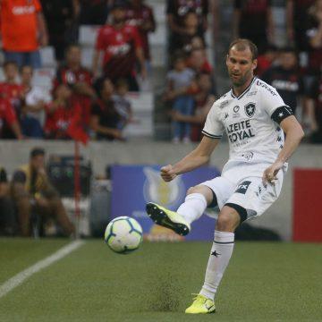 Visto como o líder do time, Carli toma novo cartão por reclamação, vira desfalque e preocupação no Botafogo