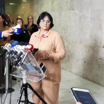 Damares convoca coletiva fake para promover campanha contra violência à mulher