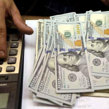 Dólar opera em alta e bate R$ 4,27