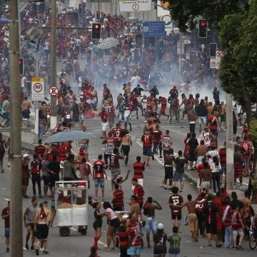 Desfile de jogadores do Flamengo é encerrado com grande tumulto no Centro
