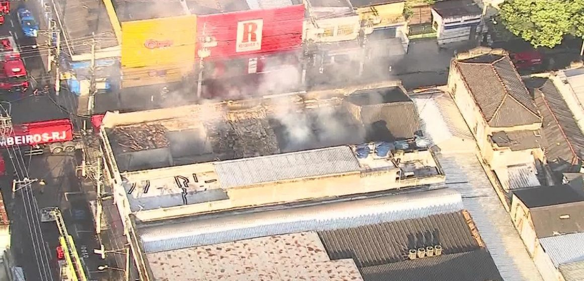Incêndio atinge lojas no Centro de Niterói