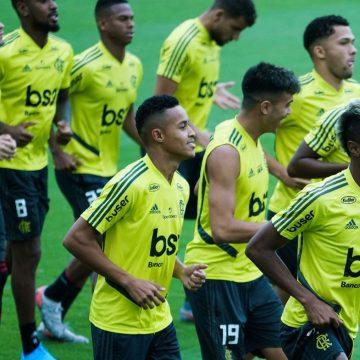 Após ser herói do título mundial sub-17, Lázaro treina com o time profissional do Flamengo