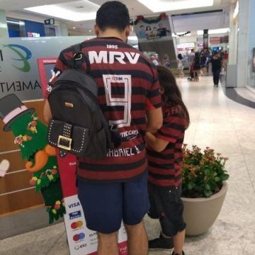 Vascaíno veste camisa do Flamengo para torcer com sobrinho que perdeu o pai