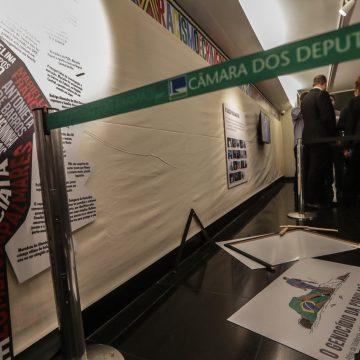 Deputado do PSL quebra placa de exposição na Câmara que associa polícia a genocídio de negros