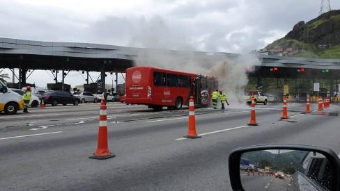 Ônibus da Coca-Cola pega fogo na praça do pedágio da Linha Amarela