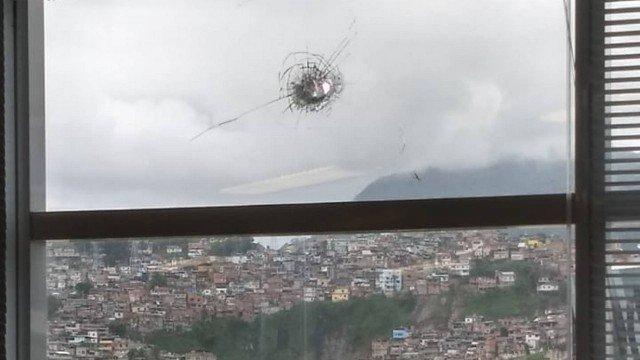 Bala perdida acerta janela do prédio da Cedae e funcionário fica ferido por estilhaços