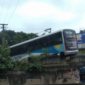 Ônibus derrapa em viaduto de Niterói e deixa duas pessoas feridas