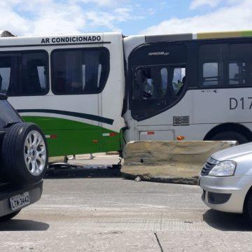 Acidente entre três ônibus deixa 27 pessoas feridas na Avenida Brasil