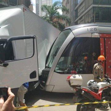 Acidente entre VLT e um caminhão interrompe linhas no Centro do Rio