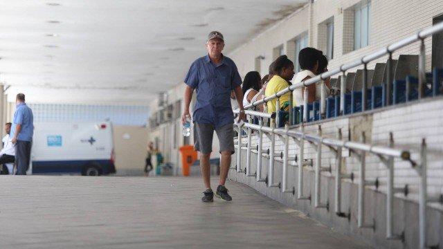 Avô peregrina com neta por cinco hospitais do Rio para retirada de objeto no nariz