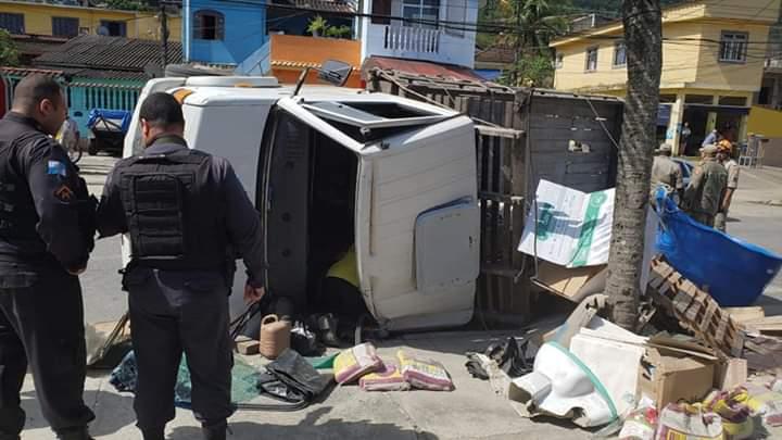 Batida entre caminhão e carro deixa um ferido em Muriqui