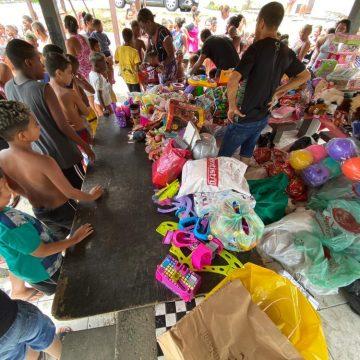 Brinquedos doados viram presente de Natal antecipado na favela do Mandela, Rio