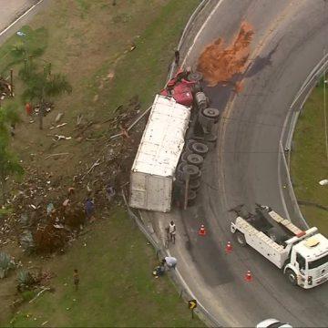 Caminhão tomba e provoca congestionamento na BR-101, em São Gonçalo, RJ