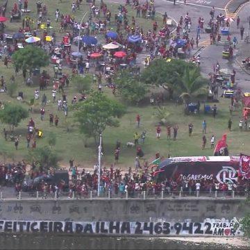 Com apoio da torcida, Flamengo chega ao Galeão para embarcar para o Mundial no Catar