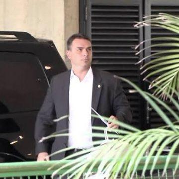 Flávio Bolsonaro pagou R$ 638 mil em dinheiro para 'lavar' compra de imóveis, diz MP