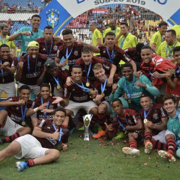 """Hugo Souza festeja segundo título brasileiro pelo Flamengo em uma semana: """"Até difícil descrever"""""""