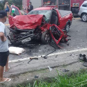 Carros batem de frente e helicóptero dos bombeiros é chamado para resgate na Rio-Santos