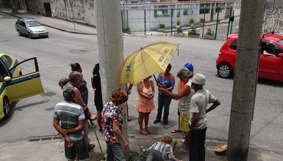 Idosa aguarda socorro do Samu por horas no chão de rua da Zona Norte do Rio