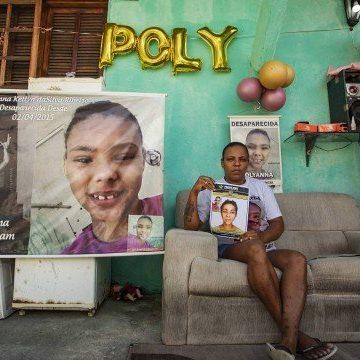 Mãe faz festa de 15 anos com decoração para filha desaparecida desde 2015
