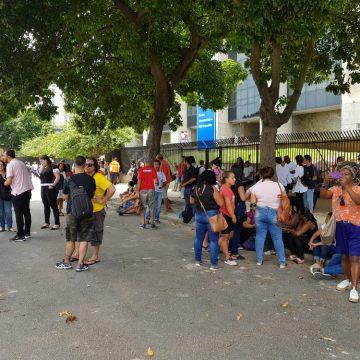 Servidores protestam contra atrasos de salário em frente à sede da Prefeitura do Rio