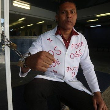 Técnico de enfermagem se acorrenta à porta do Albert Schweitzer em protesto contra crise na saúde