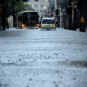 Temporal deixa Rio em estágio de atenção, alaga ruas e causa falta de luz